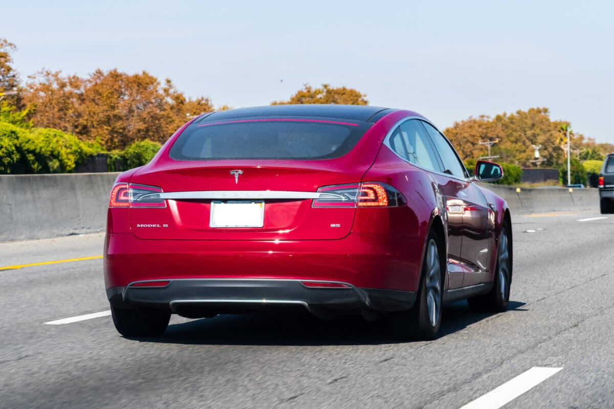 """See how Tesla's autopilot falls on the test and cuts the """"pedestrians"""" on the road"""